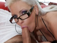 Vidéo porno mobile : Her glasses and her body make her boss crazy